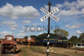 Kuba, Bahnübergang mit Zug und Traktor