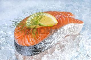 Lachsfilet auf Eis mit Zitrone