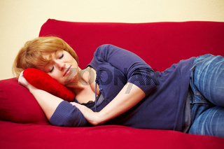 Schlafende Frau auf Sofa