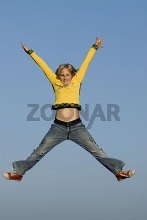Junge Frau springt in die Luft