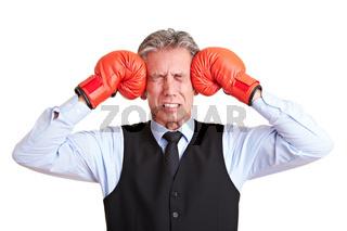 Manager drückt Boxhandschuhe an Kopf