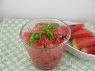 Wassermeloneneis mit Basilikum im Glas