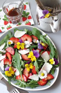 Erdbeer-Rucola-Salat mit marinierten Erdbeeren, Rucola, Parmesan und Hornveilchen