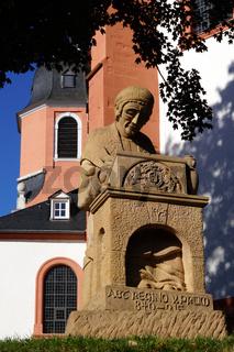 Denkmal Regino von Prüm vor der St. Salvator Basilika