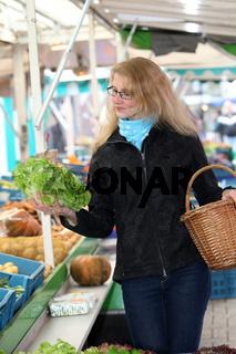 Junge Frau auf dem Wochenmarkt kauft ein-Young woman at the market buys