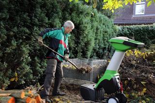 Herbst-Arbeitsplatz im Garten mit Häcksler und Kompost