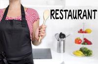 restaurant köchin hält kochlöffel hintergrund