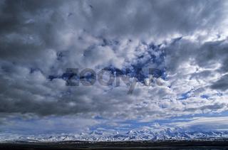 Berggipfel der Alaskakette und Wolken / Denali Nationalpark  -  Alaska