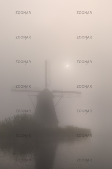 Historische Windmühle im Nebel, Kinderdijk, Provinz Südholland, Niederlande, Europa