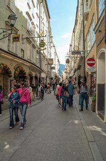 Salzburg, Oesterreich, Touristen in der Getreidegasse