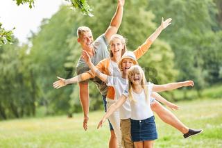 Aktive Familie und Kinder hat Spaß zusammen