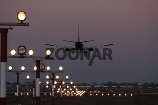 Flugzeug Landung am Abend