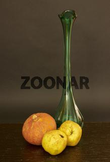 Vase mit Kürbis und Quitten