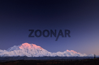 Denali und Mount Foraker mit Alpengluehen / Denali Nationalpark  -  Alaska