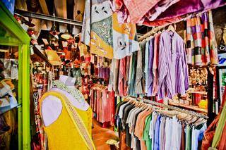 Boutique mit bunten Kleidungsstücken