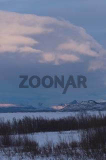 Blick ueber den zugefrorenen See Akkajaure zu Bergen im Stora Sjoefallet Nationalpark, Welterbe Laponia, Lappland, Schweden