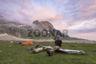 Mann rastet am Zelt, Buneset, Moskenesoeya, Lofoten
