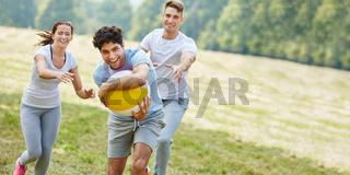 Teenager Freunde spielen Ball im Sommer