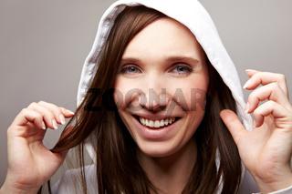 Lächelnde Frau mit Kapuze