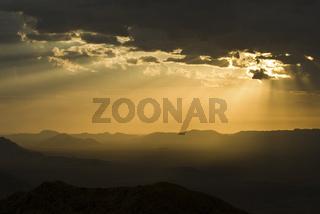 Sonnenuntergang Ÿber dem Namib Naukluft Park bei aufziehendem Gewitter, Namibia