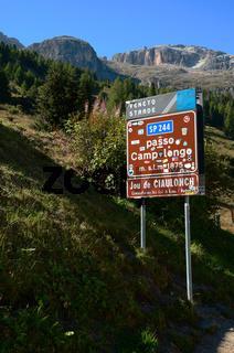 Alpenpass Campolongo in den Dolomiten, Suedtirol, Italien