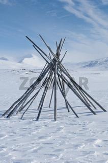 Geruest einer samischen Zeltkote, Padjelanta Nationalpark, im Hintergrund Gipfel im Sarek Nationalpark, Welterbe Laponia, Norrbotten, Lappland, Schweden