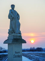 Bildstock Hl. Leonhard im Winter bei Sonnenuntergang