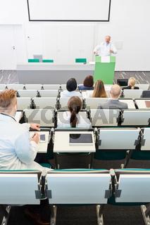 Studenten im Medizinstudium in einem Uni Hörsaal