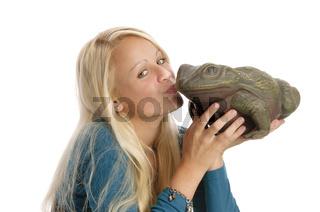 Sexy blondes Teenager-Mädchen mit Frosch