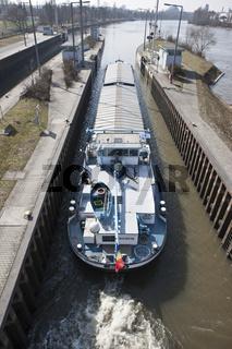 Frachtschiff verlässt die Schleuse in Richtung Fra