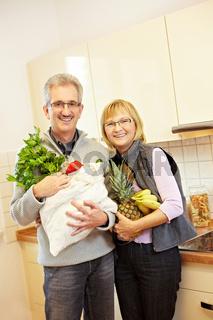 Senioren kaufen Obst und Gemüse