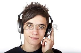 Jugendlicher hört mit Kopfhörer Musik und lächelt fröhlich