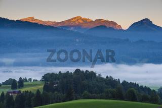 Stillachtal mit Frühnebel, bei Oberstdorf, Oberallgäu, Bayern, Deutschland, dahinter Hoher Ifen, 2233m und Toreck, 2029m, Vorarlberg, Österreich, Europa
