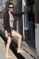 Frau steigt in Zug ein