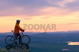 mountainbiker auf dem berg dundret, gaellivare, lappland, schweden, downhill cyclist on the mount dundret in swedish lapland