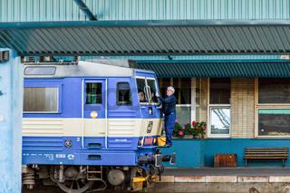 Lokfuehrer putzt seine E-Lok in Tschechien