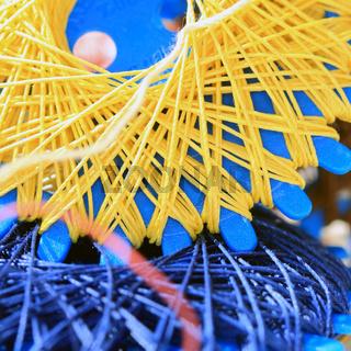 Garn Spinnen gelb und blau