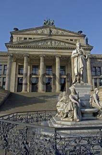 Berliner Konzerthaus am Gendarmenmakrt, mit Schillerdenkmal