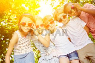 Coole Gruppe Kinder im Sommer als Freunde