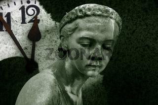 5 vor 12 und Steinfigur auf dem Friedhof