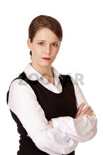 Geschäftsfrau mit verschränkten Armen blickt ernst in Kamera