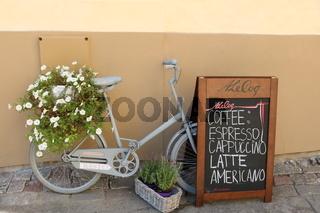 Estland, Tallinn, Fahrrad mit Blumen vor Café