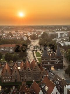 Luftaufnahme der Stadt Lübeck bei Sonnenuntergang, Deutschland