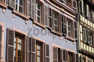 Colmar, Hausfassade mit Fensterläden in der Rue des Marchands