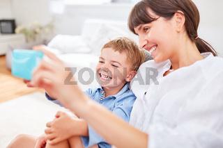 Mutter und Sohn machen ein Selfie