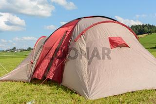 Aufgespanntes Zelt in ruhiger Landschaft für Erholungsurlaub