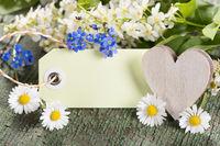 Geschenkanhängermit Herz und Blumen