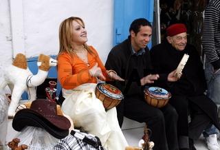 Menschen auf dem Markt in der Altstadt von Sidi Bou Said in der Daemmerung am Mittelmeer und noerdlich der Tunesischen Hauptstadt Tunis.