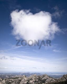 Wolke in Herzform über Sardinien