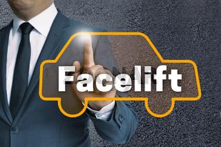 Facelift auto touchscreen wird von mann bedient konzept
